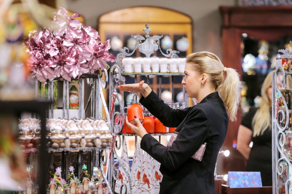 متجر لبيع ألعاب شجر عيد الميلاد في متجر تسوم بموسكو،   ديسمبر/ كانون الأول 2016