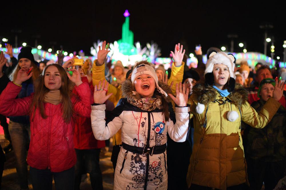 زوار حديقة في دي ان خا يحتفلون بافتتاح الموسم الرسمي للتزلج على الجليد ، موسكو ديسمبر/ كانون الأول 2016