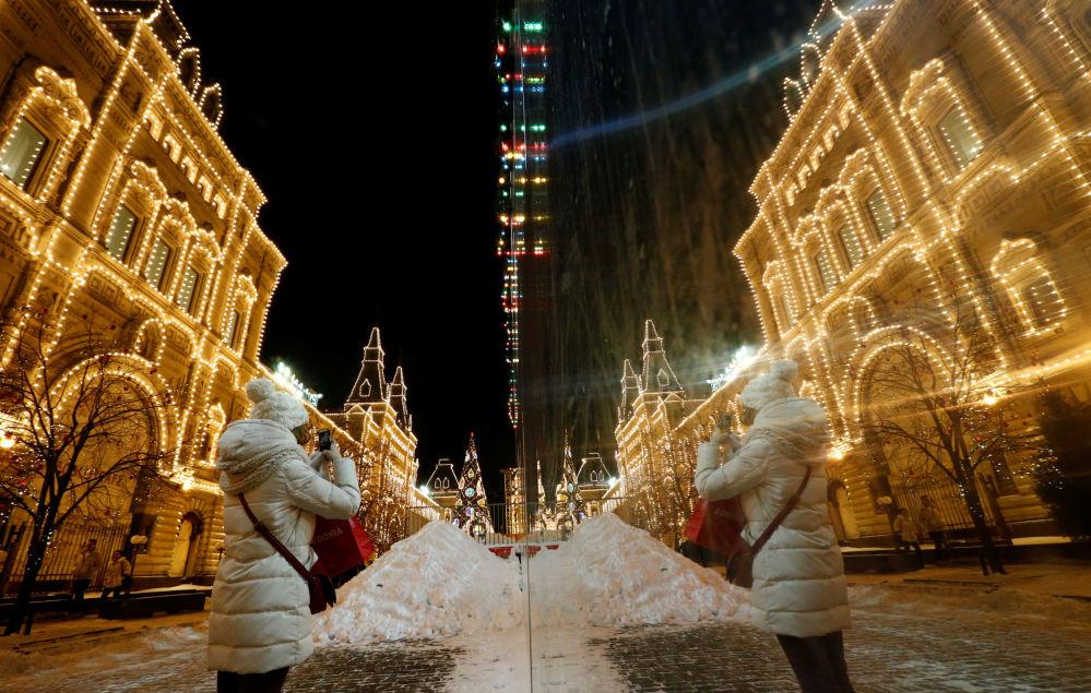 أضواء رأس السنة تنير المتجر غوم في موسكو، روسيا 6 ديسمبر/ كانون الأول 2016