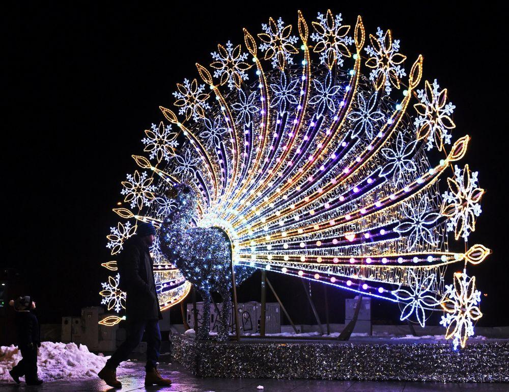 زينة رأس السنة  على شكل طائر الطاووس، وارسو 3 ديسمبر/ كانون الأول 2016
