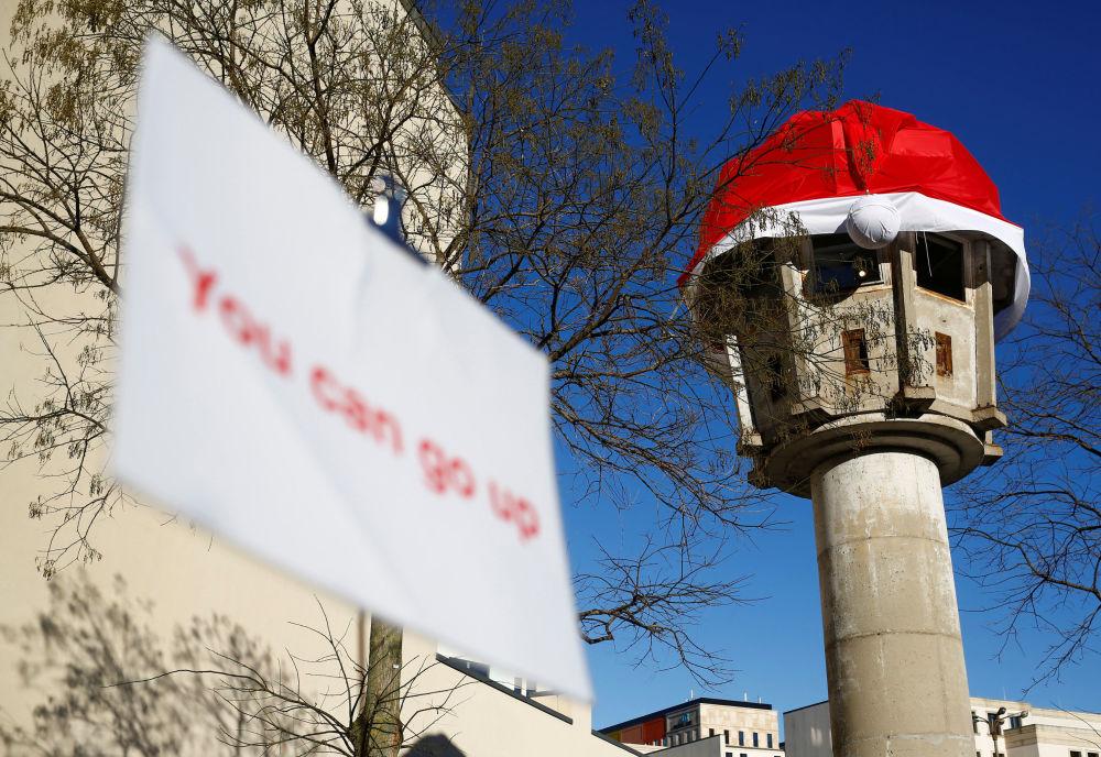 سياح يزورون برج المراقبة السابق في ساحة بوتسدامر بلاتز وعليه غطاء رأس لـ سانتا كلاوز في برلين، ألمانيا 29 نوفمبر/ تشرين الثاني 2016