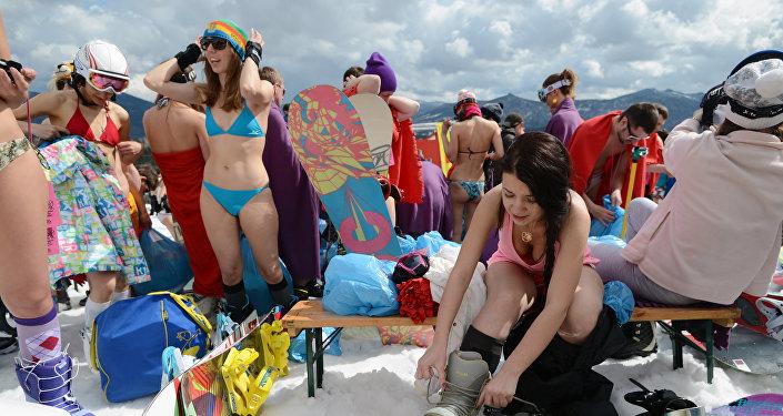 فتيات جميلات يعلنون بدأ موسم التزلج على الجليد