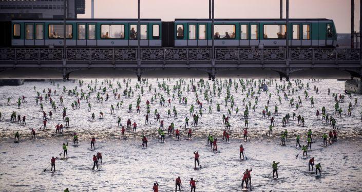 أشخاص يشاركون في سباق عبور نهر السين في باريس، 4 ديسمبر/ كانون الأول 2016