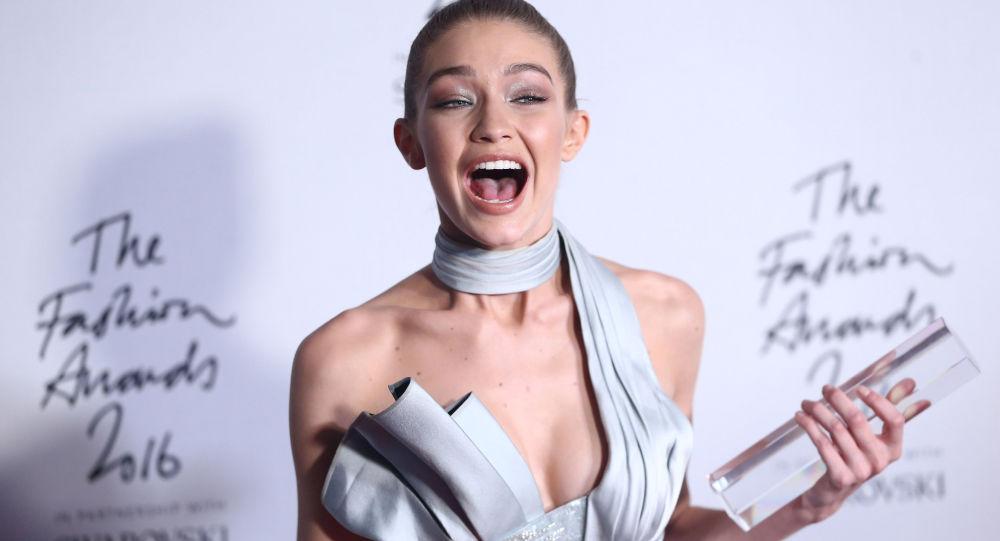 جيجي حديد نالت جائزة عارضة الأزياء العالمية (winner of the International Model award) في لندن، بريطانيا 5 ديسمبر/ كانون الأول 2016