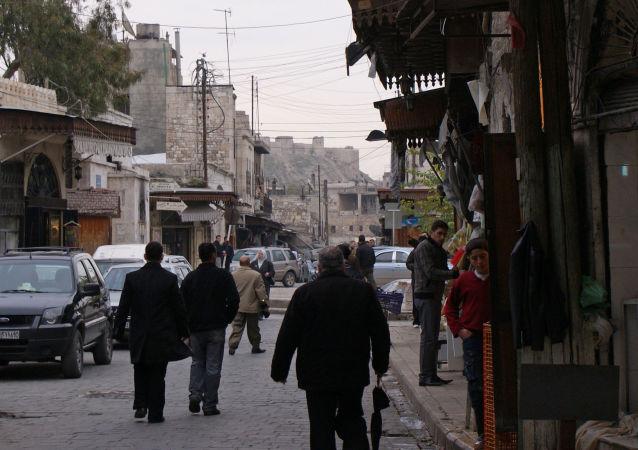 الناس في شوارع  المركز التاريخي لمدينة حلب، سوريا، في عام 2009