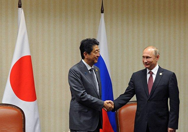 الرئيس الروسي فلاديمير بوتين و رئيس الوزراء الياباني سيندزو ابي
