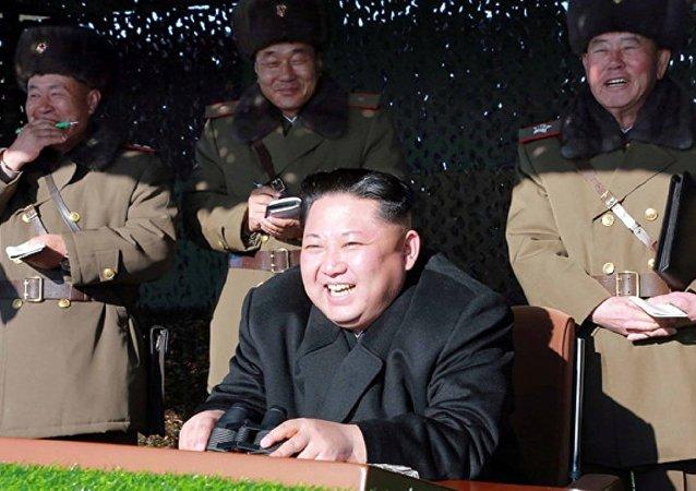 زعيم كوريا الشمالية يضحك خلال التدريبات