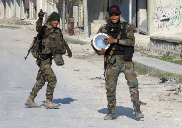 قوات الجيش السوري يحتفلون بالنصر في حي الشيخ سعيد بمدينة حلب، 12 ديسمبر/ كانون الأول 2016