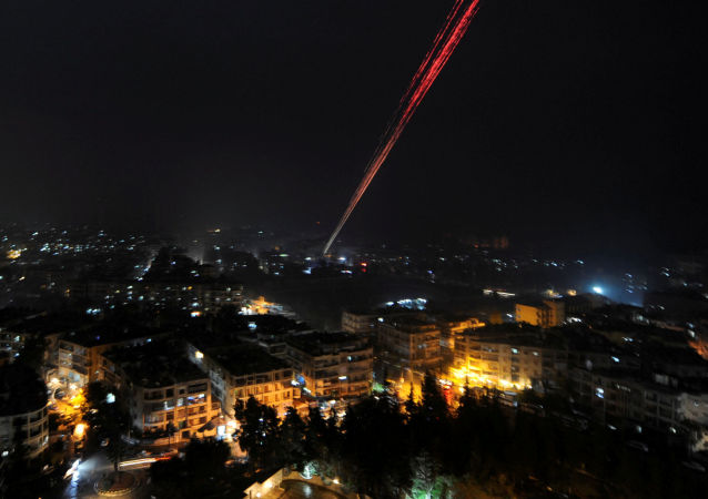 قوات الجيش السوري تطلق أعيرة نارية احتفالاً بالنصر في شرق مدينة حلب، 12 ديسمبر/ كانون الأول 2016
