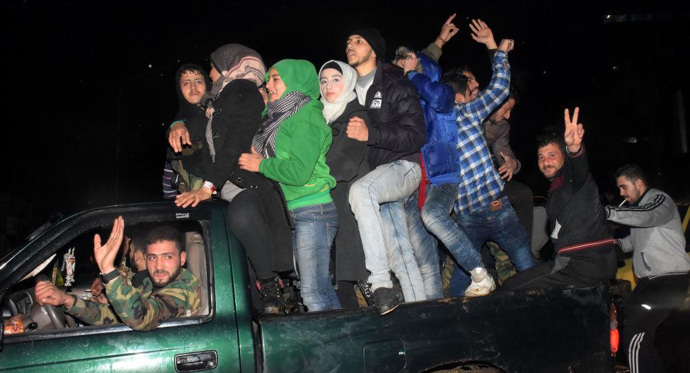 السوريون يحتفلون بالنصر في شرق مدينة حلب، 12 ديسمبر/ كانون الأول 2016