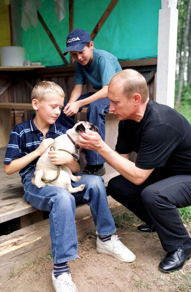 الرئيس فلاديمير بوتين خلال عطلته القصيرة في قرية فيرخنيي موندروغي