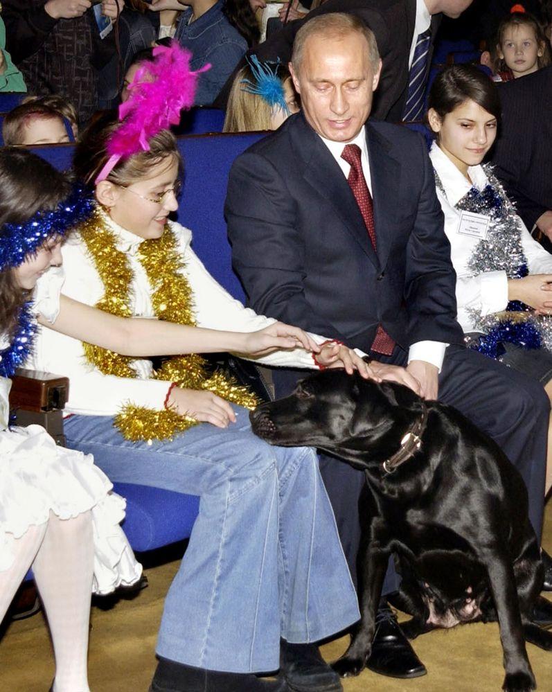 الرئيس فلاديمير بوتين يتحدث إلى الأطفال ويلاعب كلبه كوني خلال إحدى الفعاليات بالكرملين في موسكو، 24 ديسمبر/ كانون الأول 2016