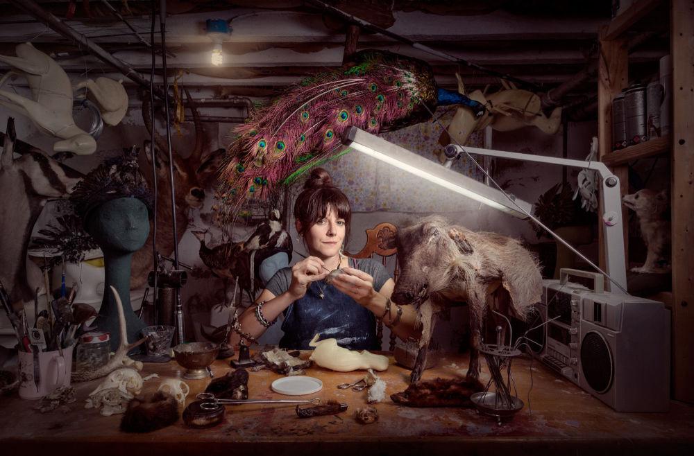 بيث بفيرلي تعمل في تحنيط الحيوانات، فيلاديلفيا، الولايات المتحدة