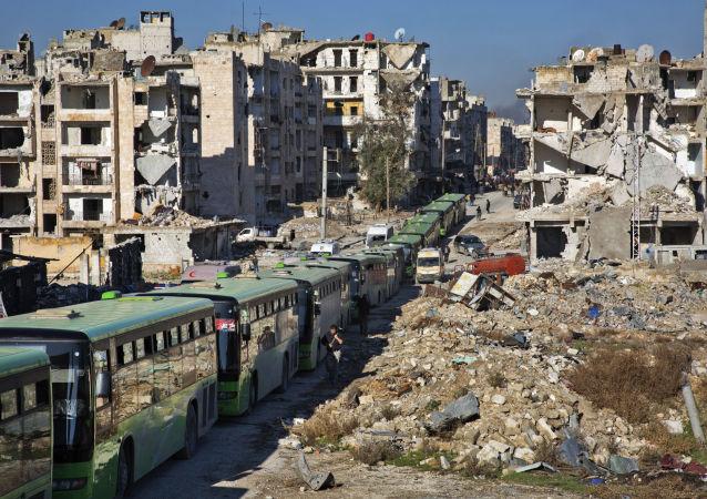 الحافلات الخضراء تنقل المسلحين وأفراد أسرهم لمغادرة مدينة حلب ، 15 ديسمبر/ كانون الأول 2016