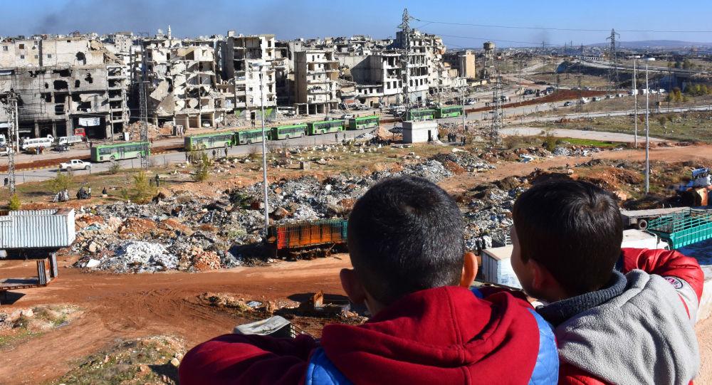 أطفال سوريون من حلب يشاهدون مغادرة الحافلات الخضراء التي تنقل المسلحين وأفراد أسرهم، 15 ديسمبر/ كانون الأول 2016