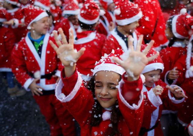أطفال يرتدون زي سانتا كلاوز (بابا نويل) للمشاركة في إحدى أكبر المسيرات الخيرية وذلك لجمع الطعام للمحتاجين في لشبونة، البرتغال 12 ديسمبر/ كانون الأول 2016