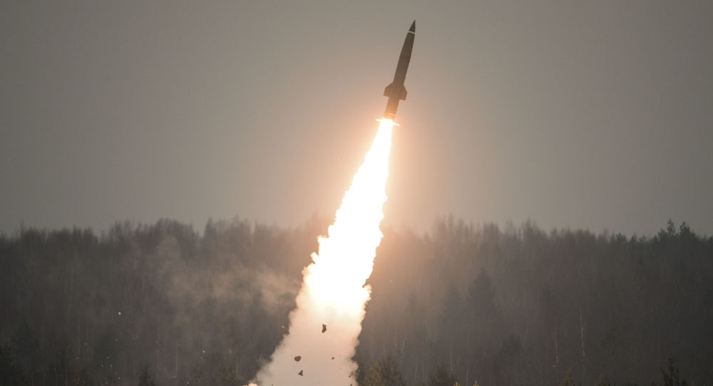 إطلاق صاروخ تاكتيكي توتشكا-أو بمنطقة لينينغراد بمناسبة يوم القوات الصاروخية والمدفعية