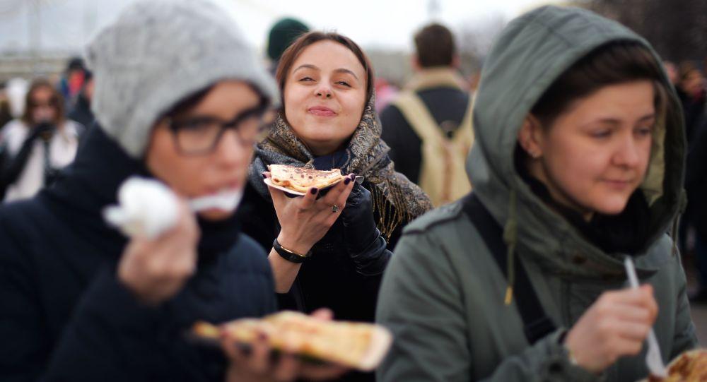 حفل ماسلينيتسا في مدينة موسكو، وهو حفل من تراث الفولكلور الشعبي الروسي لوداع فصل الشتاء واستقبال الربيع