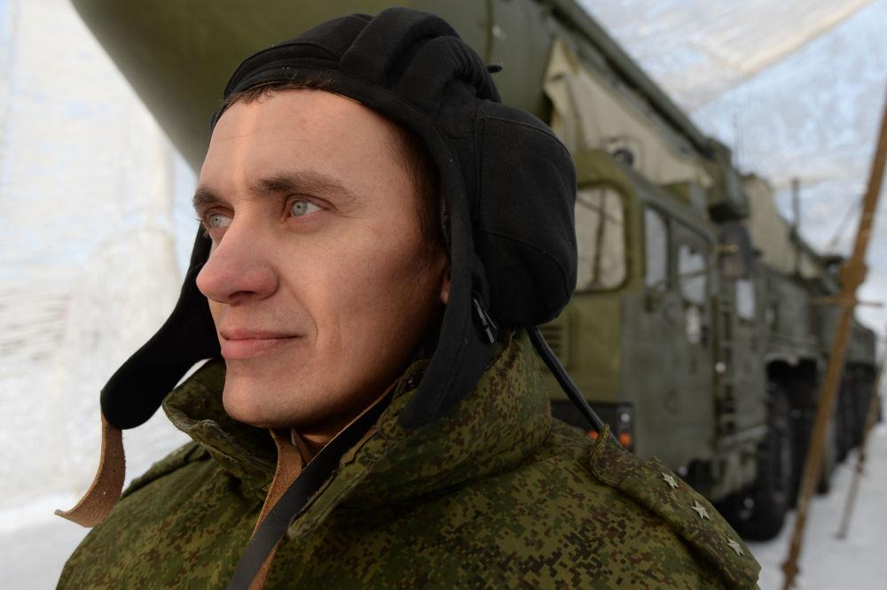 منظومة صواريخ يارس خلف الجندي