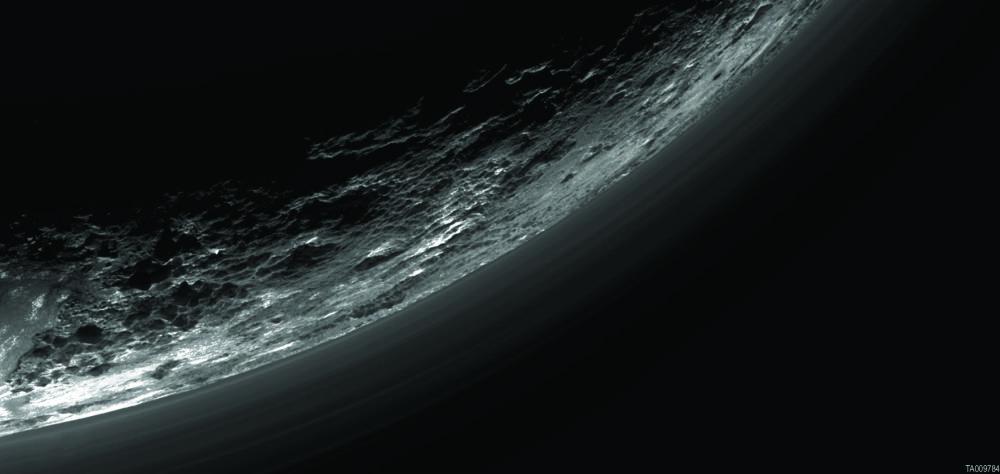طبقات من الضباب فوق جوانب كوكب بلوتو