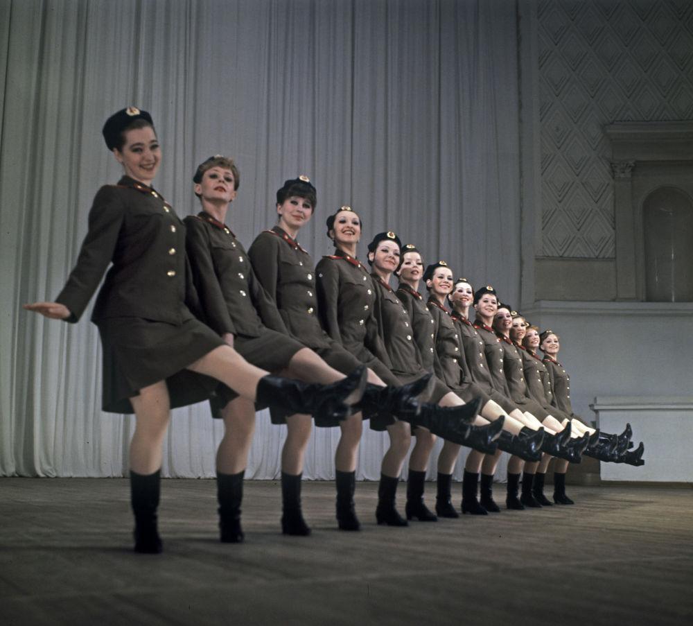 فرقة الرقص النسائية التابعة لفرقة ألكسندروف