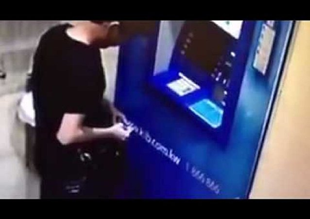 لص يسرق صراف آلي