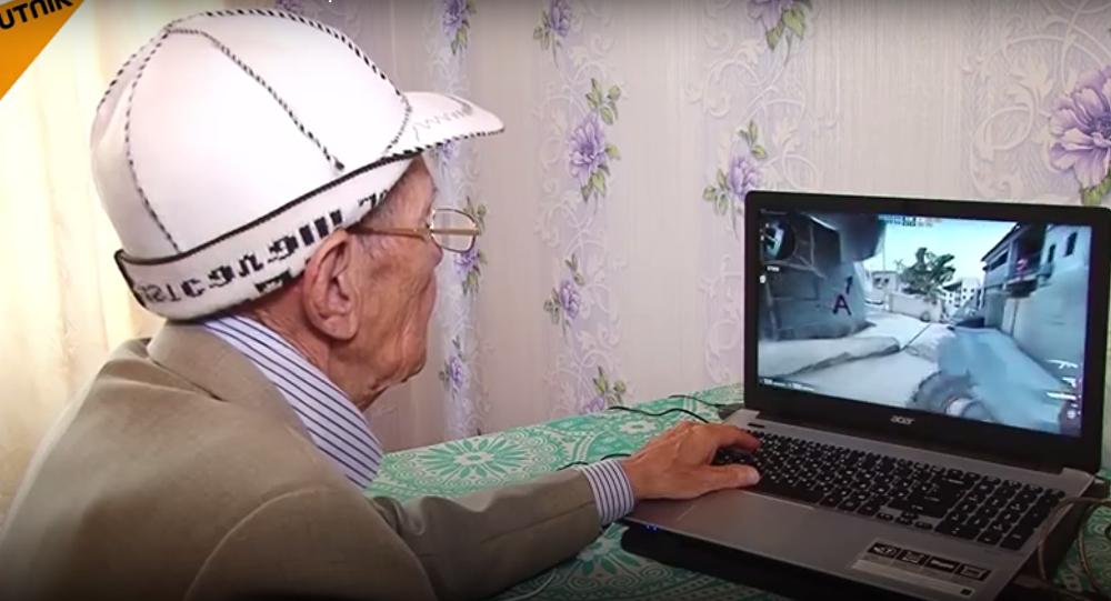 عجوز روسي يلعب كاونتر سترايك باحترافية