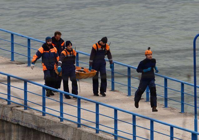 إنتشال جثث من ركاب الطائرة المنكوبة تو-154 التي سقطت في البحر الأسود