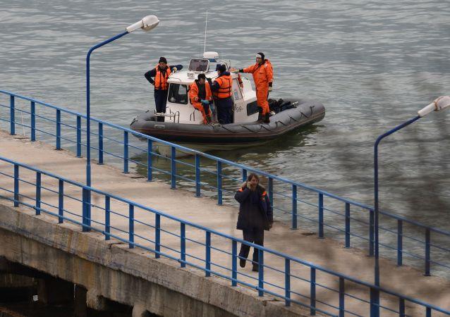 فريق الإنقاذ والبحث خلال عمليات البحث عن نجاة من ركاب الطائرة المنكوبة تو-154 التي سقطت في البحر الأسود