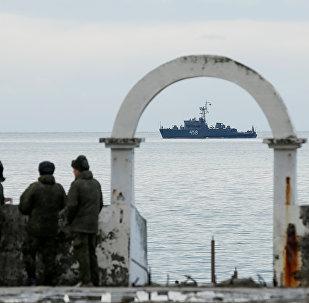 فرق عسكرية تراقب أعمال فريق البحث والإنقاذ التابع لوزراة الطوارئ الروسية بسوتشي في البحر الأسود