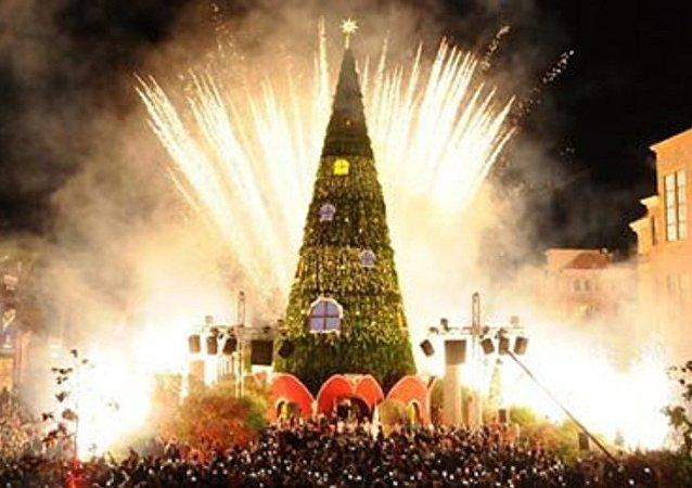 احتراق شجرة الميلاد في جبيل في لبنان