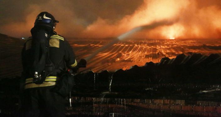 إطفاء حريق مشتعل في مخزن بحي غوليانوفو في شرق موسكو