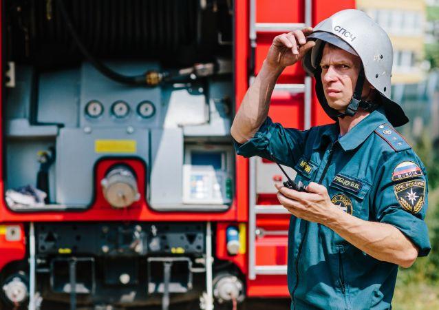 مشارك في مسابقة رجال الإطفاء التايعة لوزارة الطوارئ الروسية خلال التدريبات في منطفة إيفانوفسكايا