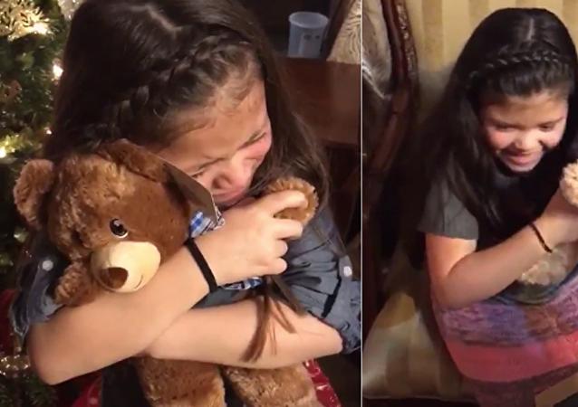 انفجار شقيقتين بالبكاء لدى سماع صوت جدهما في لعبة ناطقة
