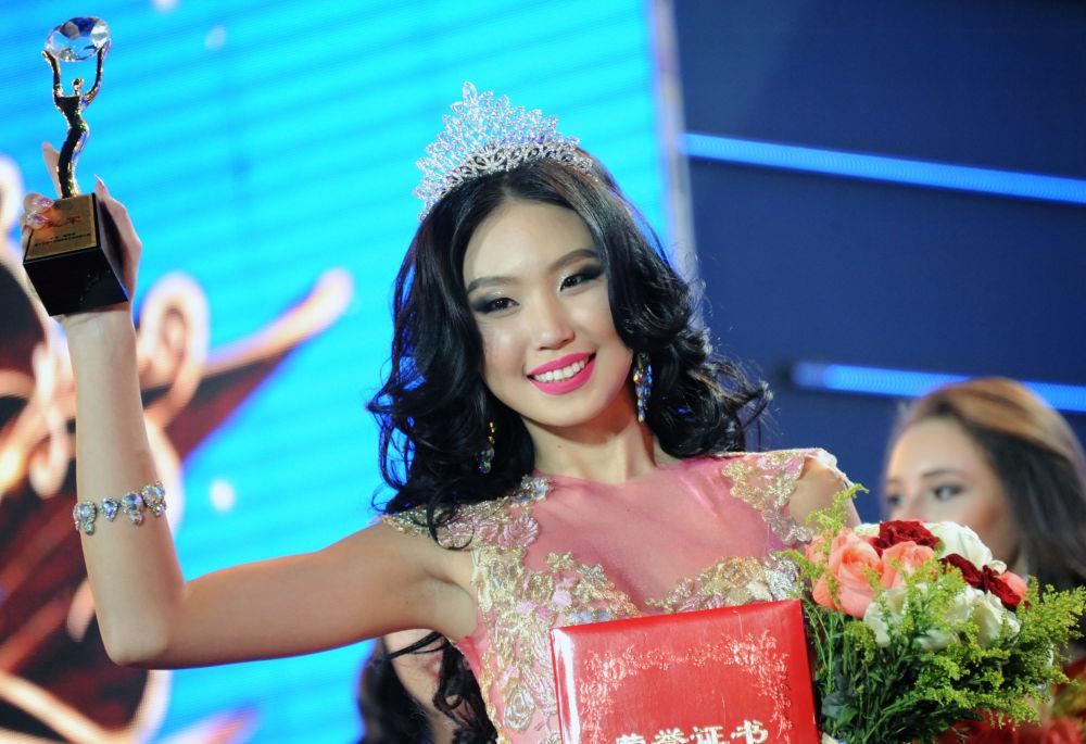 الفائزة في نهائي المسابقة الدولية الروسية-المنغولية-الصينية - بلقب ملكة الثلج في الصين، نا ميشيرتاي من منغوليا.