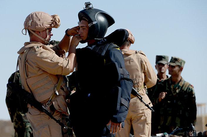 ضباط الجيش الروسي يعلّمون الجنود السوريون آلية رفع الألغام في تدمر بسوريا