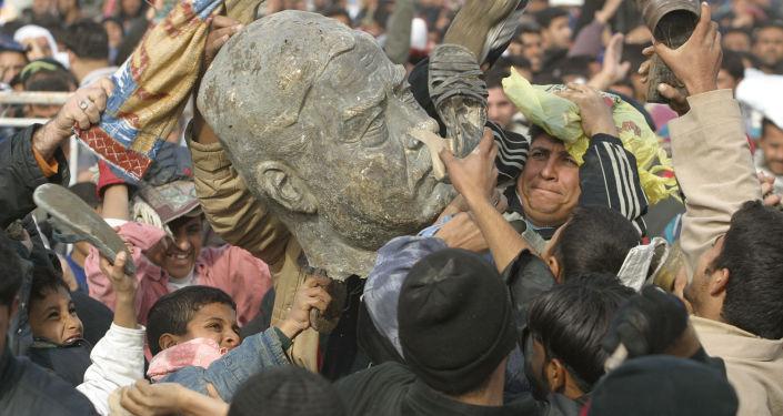مسلمو الشيعة يضربون مجسماً للرئيس العراقي صدام حسين في إحدى ضواحي مدينة بغداد، 26 ديسمبر/ كانون الأول 2003