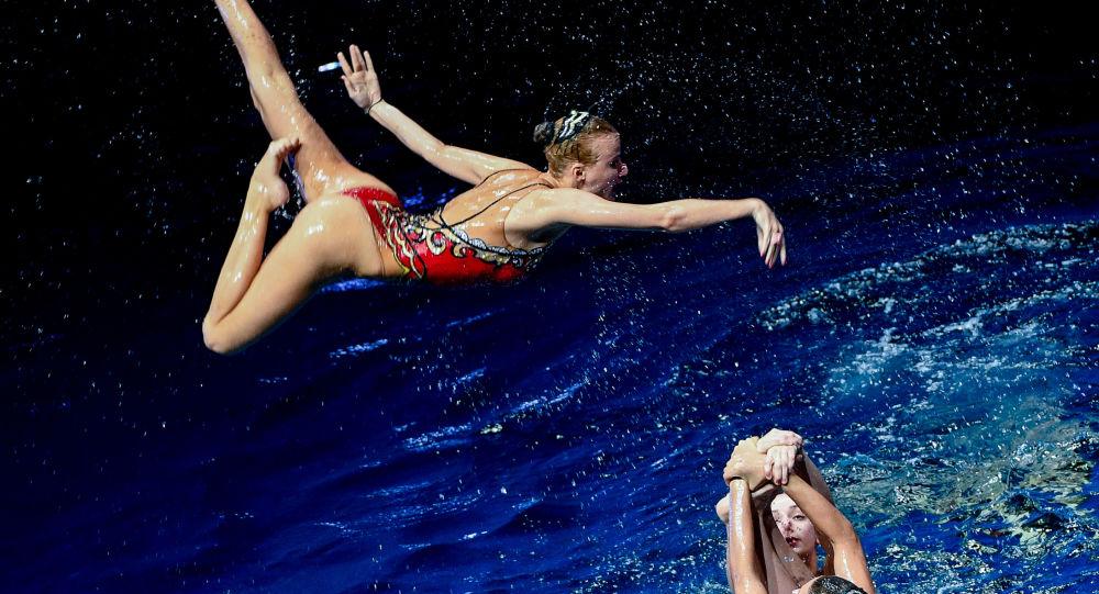 فتيات من فريق السباحة الإيقاعية خلال أدائهن لعرض تحت الماء بعنوان سر عالم البحار في موسكو