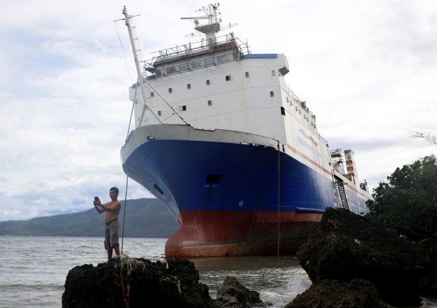 صورة سيلفي على خلفية سفينة كبيرة، الفلبين 26 ديسمبر/ كانون الأول 2016
