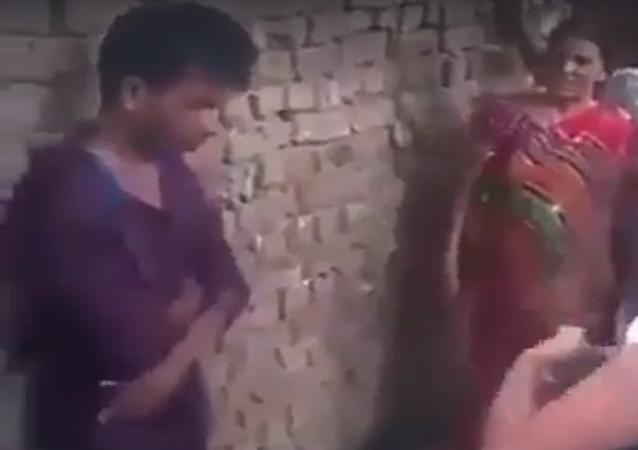 كيف يعاقب من يتحرش بفتاة في الهند