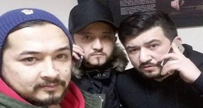 صورة للرجل مع زملائه أثناء تقديمه للبلاغ