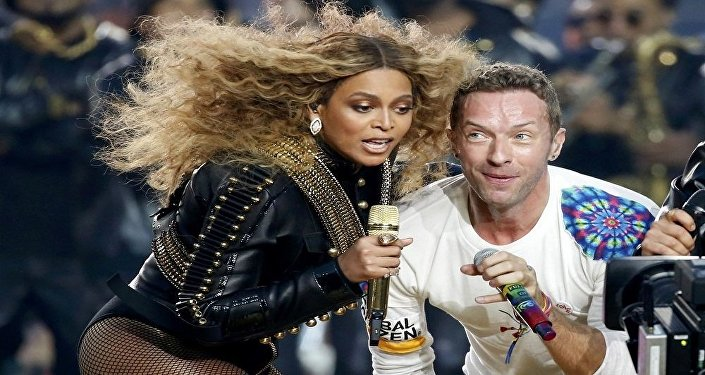 المغنية الأمريكية بيونسيه مع المغني الأمريكي كريس مارتين