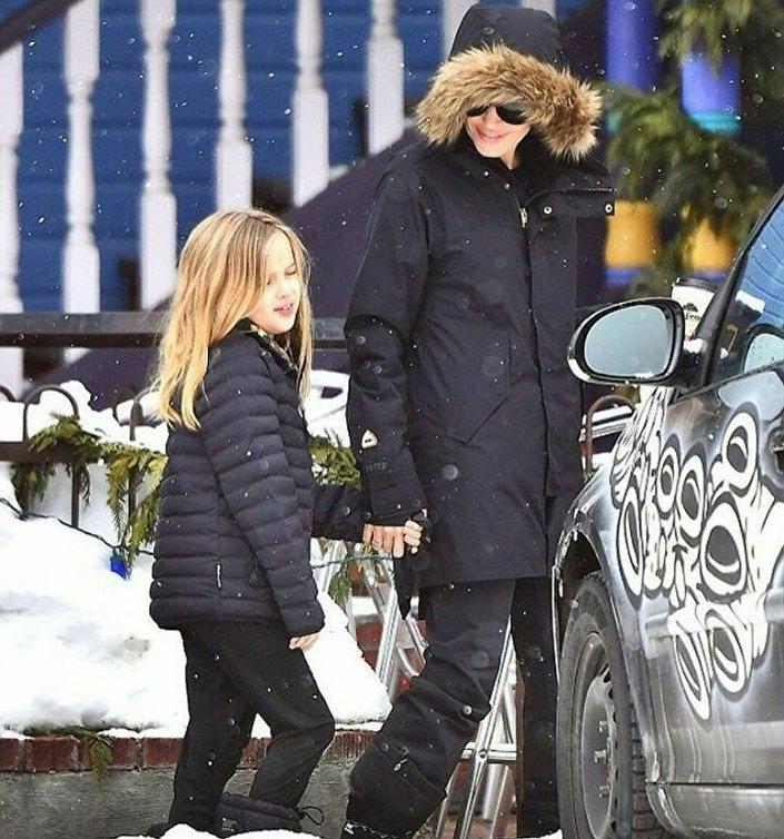 أنجلينا جولي بصحبة أبنتها شيلوه