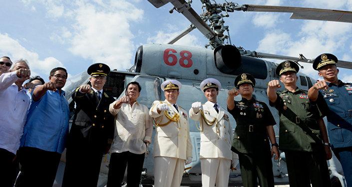 الرئيس الفلبيني  مع قائد قافلة أسطول روسيا