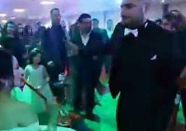 عريس يحضر الشيشة لعروسته لتدخنها في حفل زفافهما