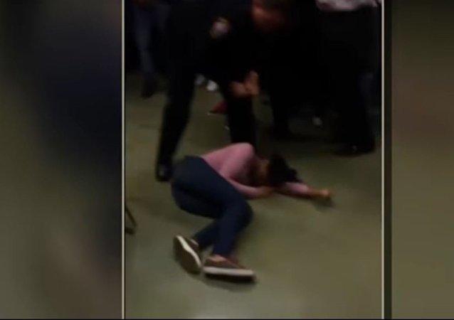 شرطي أمريكي يعتدي على تلميذة