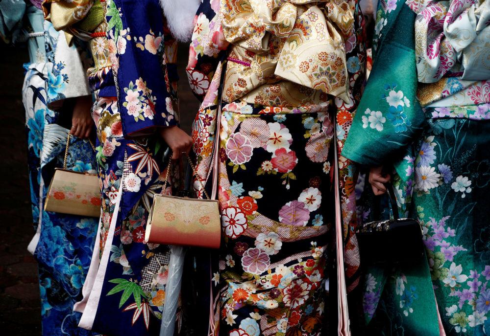 الفتيات اليابنيات ترتدي الزي التقليدي كيمونو في إحدى الحدائق للملاهي بطوكيو، اليابان 9  يناير/ كانون الثاني 2017