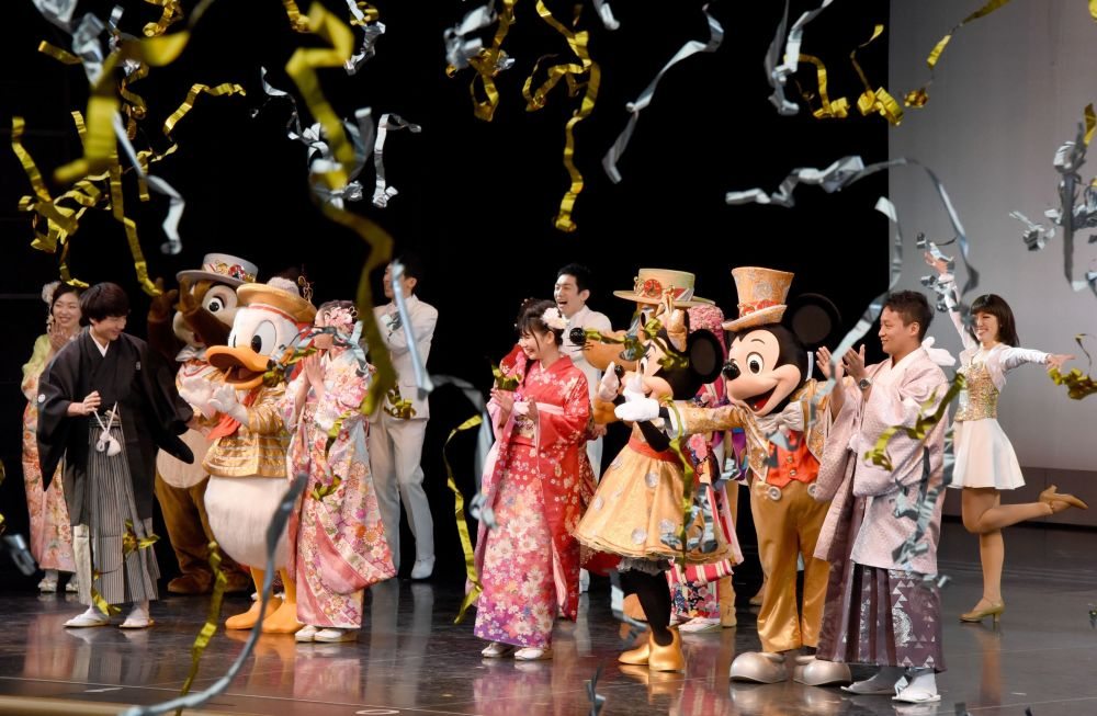 الفتيات اليابنيات تحتفلن في  ديزني لاند في يورياسو بطوكيو، اليابان 9 يناير/ كانون الثاني 2017