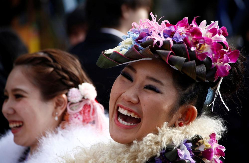 الفتيات اليابنيات ترتدي الزي التقليدي كيمونو فيإ حدى الحدائق الترفيهية بطوكيو، اليابان 9 يناير/ كانون الثاني 2017
