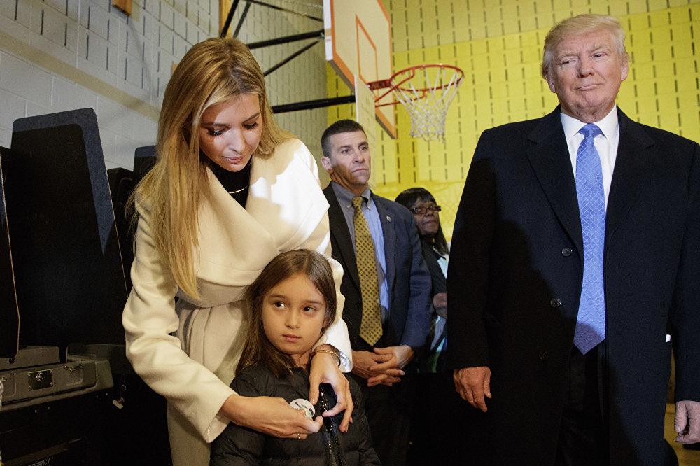 المرشح الجمهوري دونالد ترامب ينظر إلى ابنته إيفانكا وهي تضع شارة I Voted (أنا انتخبت) لابنتها الصغيرة أرابيلا في نيويورك، 8 نوفمبر/ تشرين الثاني 2016
